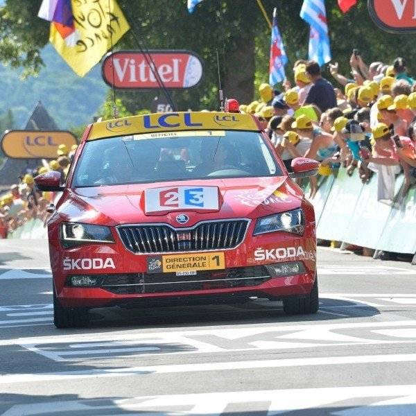tour de france leading car